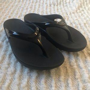 OOFOS Women's OOlala Black Gloss Thong Sandal, EUC